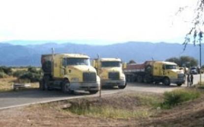 Corte de ruta en Tinogasta: 20 camiones regresaron a Chile y la fiscalía emplazó a vecinos para que desalojen la ruta