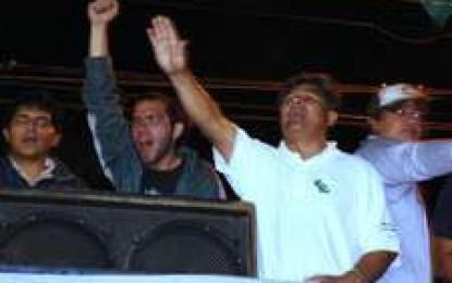 Cívicos insultan a Morales y los grupos de choque dejan a un joven en coma