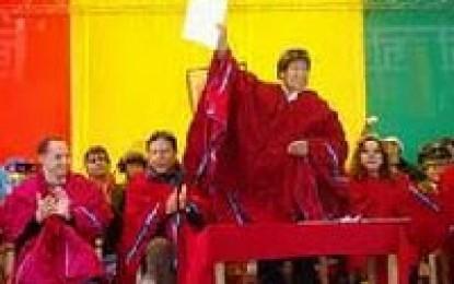 Evo decreta creación de 3 universidades para aymaras, quechuas y guaraníes