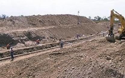 Minera Alumbrera mete máquina al río Gastona