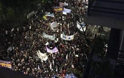 Los docentes universitarios reunieron una multitud en reclamo por el salario