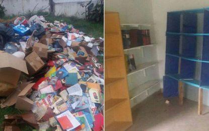 Funcionaria de Cambiemos vació una biblioteca y tiró todos los libros bajo la lluvia