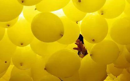 El mundo invertido de los globos amarillos