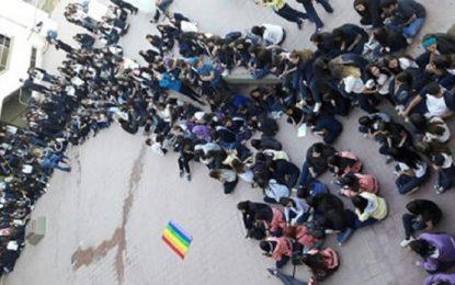 Estudiantes realizan sentada contra la homofobia en el Magisterio