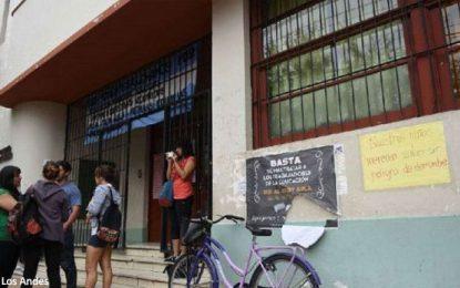 Policía allana una escuela y hace desnudar a trabajadoras de la educación