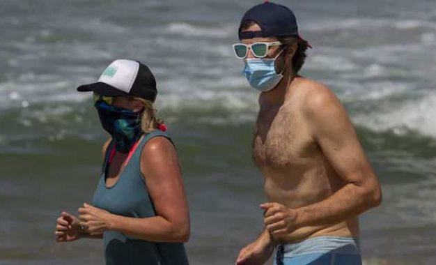 La gente se va de vacaciones a las playas pero atrás sin vacaciones va mortal el virus