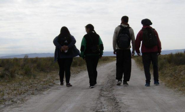 Jóvenes de Lavalle caminan hasta diez kilómetros por día al colegio por falta de transporte
